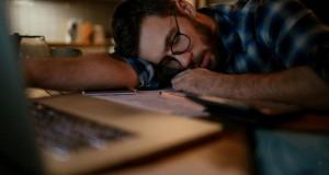 بیماری عفونی بوسه یا مونو که با ذعف و خستگی همراه است